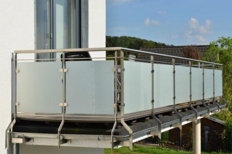Glasgeländer mit Metallelementen für den Balkon