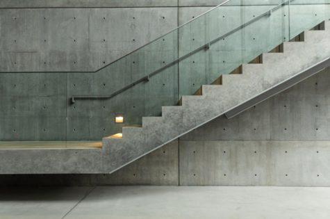Moderne Betontreppe mit Glasgeländer