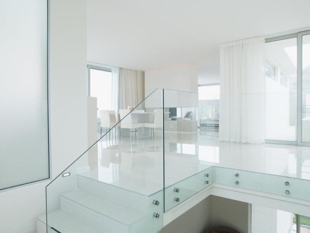 Moderne Treppe mit Geländer aus Glas