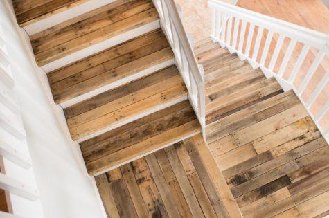Rustikale Holztreppe mit weissem Geländer