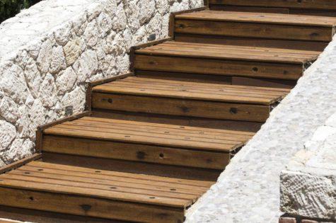 Schöne Holztreppe für den Aussenbereich