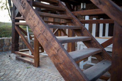 Rustikale Holztreppe für den Aussenbereich