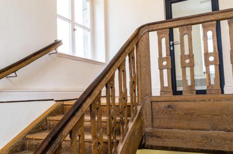 Eine Treppe mit einem Geländer aus Holz