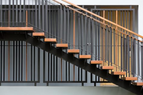 Holztreppe mit Geländer aus Metall sowie Holz
