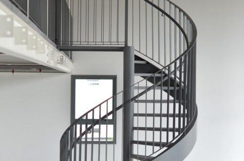 Wendeltreppe aus Metall im Apartment