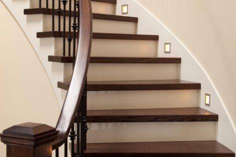 Treppe und Geländer aus Holz für das Haus