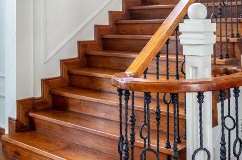 eine Holztreppe mit einem Geländer aus Holz und Metall
