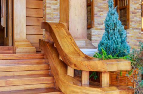 Rustikale Holztreppe mit Holzgeländer