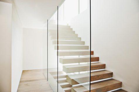 Eine Holztreppe mit Glasgeländer