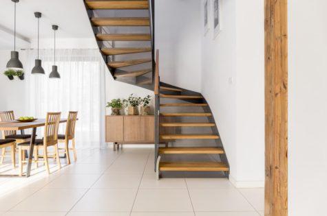 Treppe aus Holz mit Metallelementen