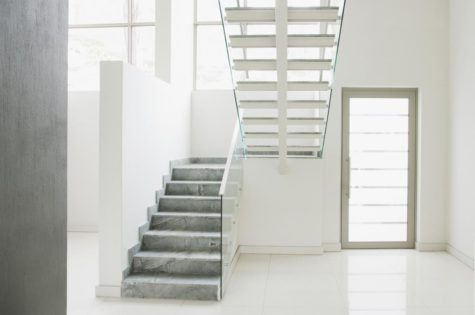 eine moderne Treppe aus Stein mit einem Glasgeländer
