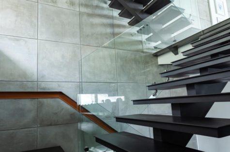 Moderne Metalltreppe mit Glasgeländer