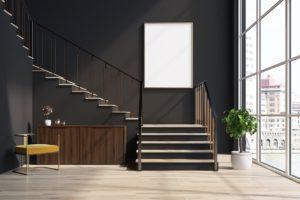 Treppe auf dunkler Wand