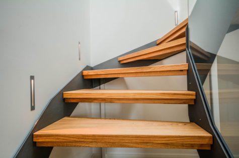Eine Treppe mit Holzstufen und Metallelementen
