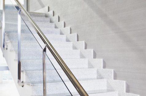 Treppe für Treppenhaus mit Metall- und Glasgeländer