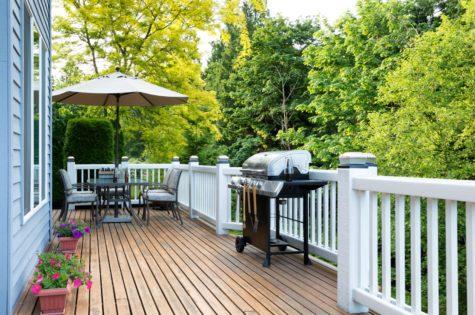 Holzgeländer für den Balkon