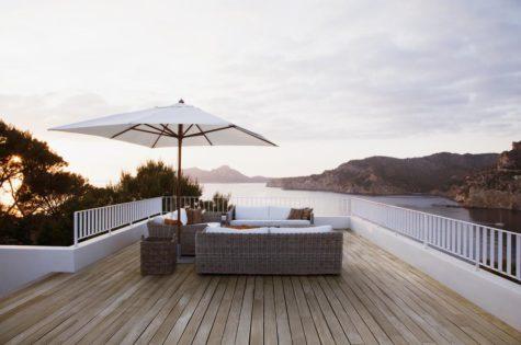 Terrasse mit Geländer und Aussicht