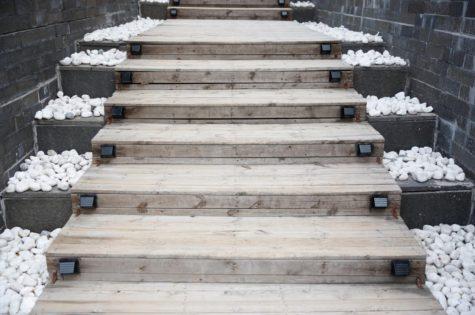 Eine Treppe aus Holz für den Aussenbereich