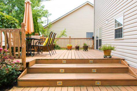 Eine Holztreppe für die Terrasse