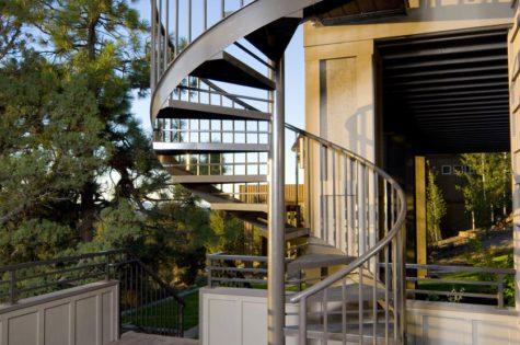 Eine Wendeltreppe auf der Terrasse