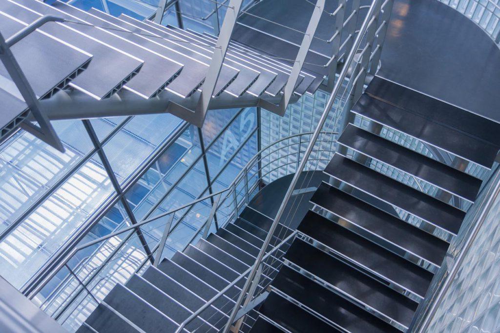 Moderne Treppen im Treppenhaus