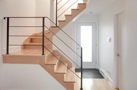 Moderne Treppe aus Holz mit Metallgeländer