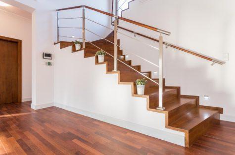 Holztreppe mit Geländer aus Holz und Metall