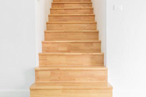 Holztreppe im inneren eines Apartments