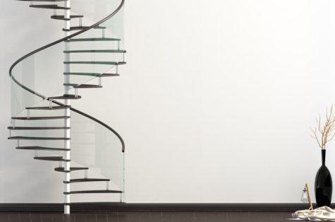 Wendeltreppe mit Geländer aus Glas in modernem Apartment